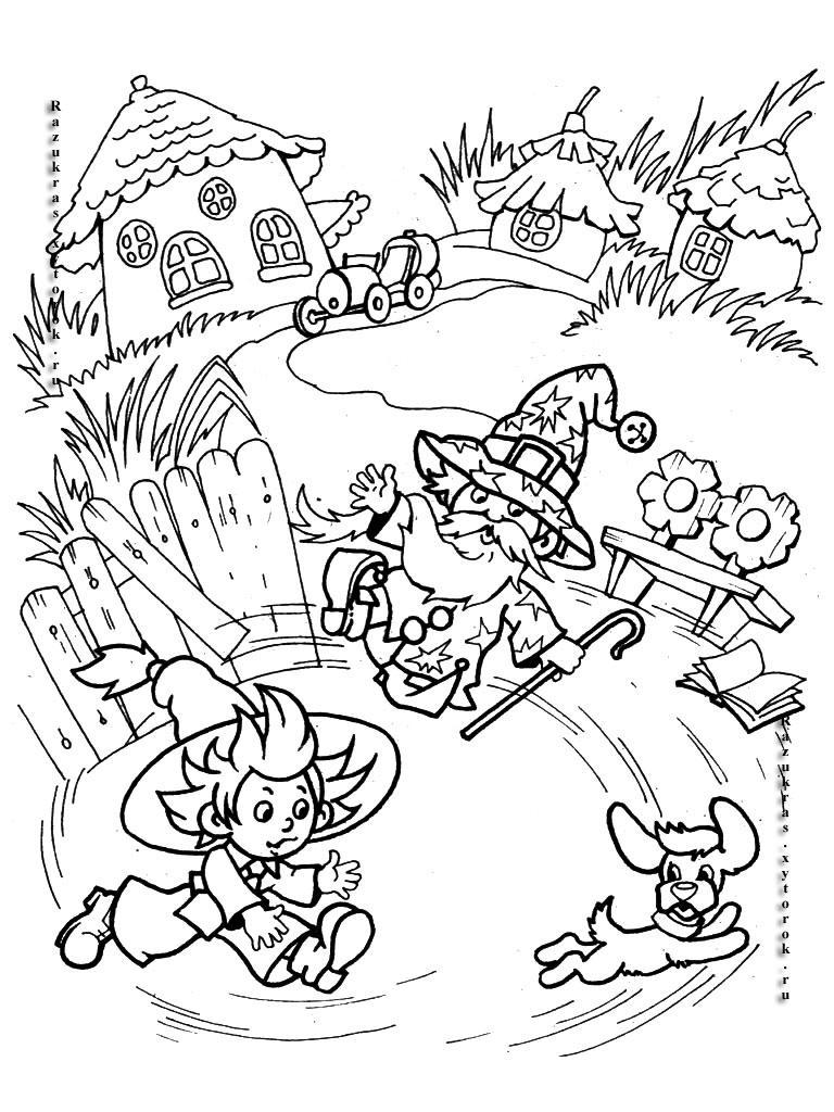 Розмальовки незнайка Незнайка біжить і хоче піймати собачку, чарівник з паличкою літає у них над головою